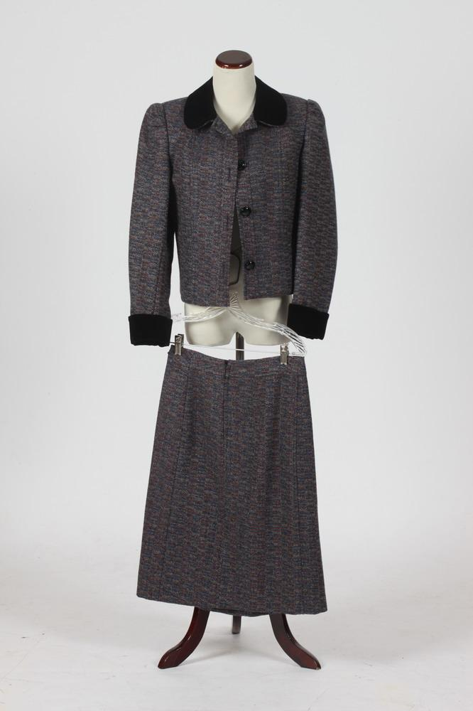 CELINE WOOL SUIT WITH NAVY VELVET COLLAR AND CUFFS, Size 40.