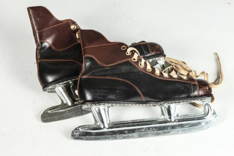 VINTAGE ICE SKATES, size 8.