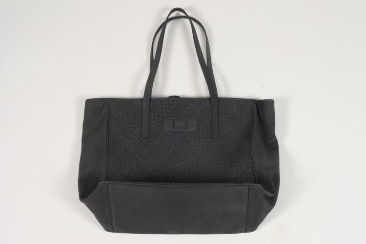 BOTTEGA VENETA BLACK WOVEN LEATHER MEDIUM TOTE BAG.