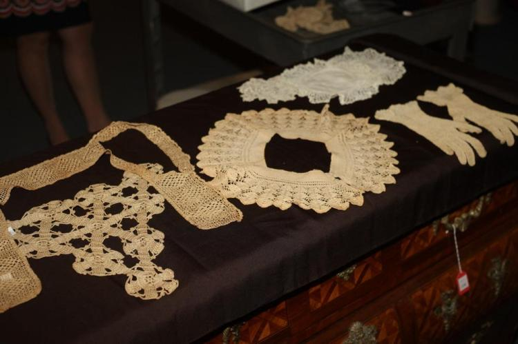 SELECTION OF VINTAGE LACE AND COTTON; TWO SMALL TABLE COVERINGS, COLLARS, DOILIES, GLOVES AND BABY CLOTHES.