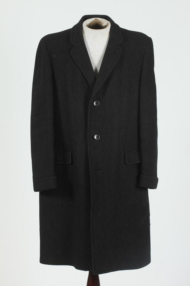 MEN'S WOOL COAT FROM HART SCHAEFNER & MARX, size 42.