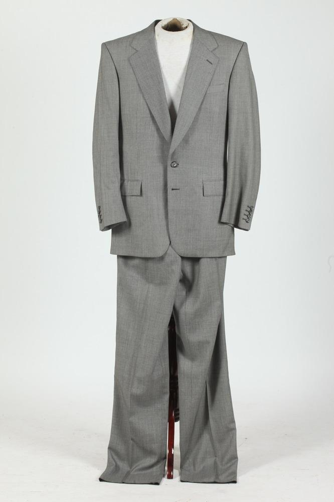 MEN'S BLACK AND WHITE SINGLE-BREASTED WOOL SUIT. size 40T.