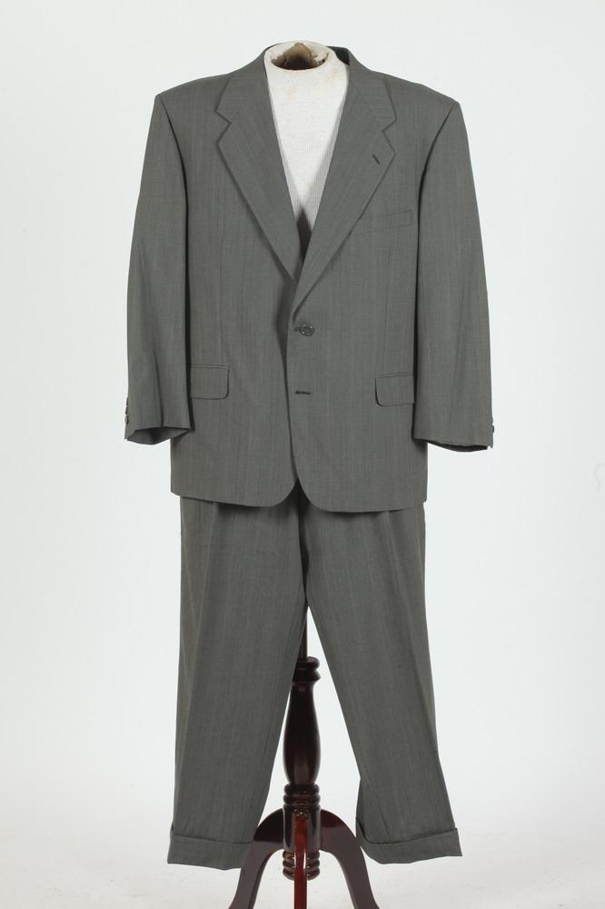 MEN'S GREY WOOL SUIT. size large. Made in Mexico, label is Ungaro Paris.