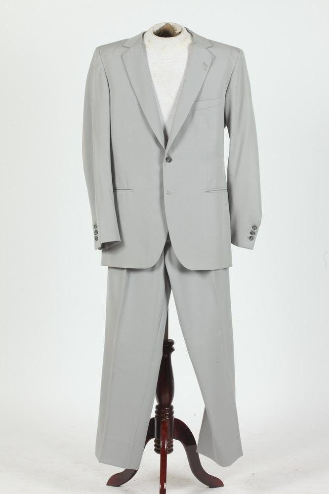 MEN'S PALE GREY SUIT. size 42/44.