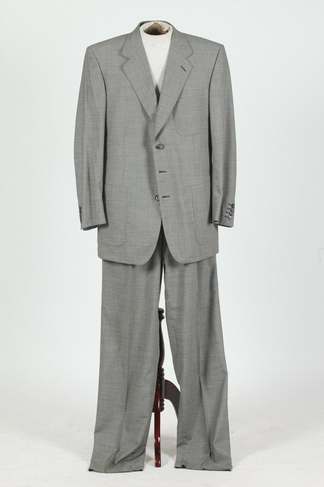 MEN'S BLACK AND WHITE HERRINGBONE WOOL SUIT. size 42T.
