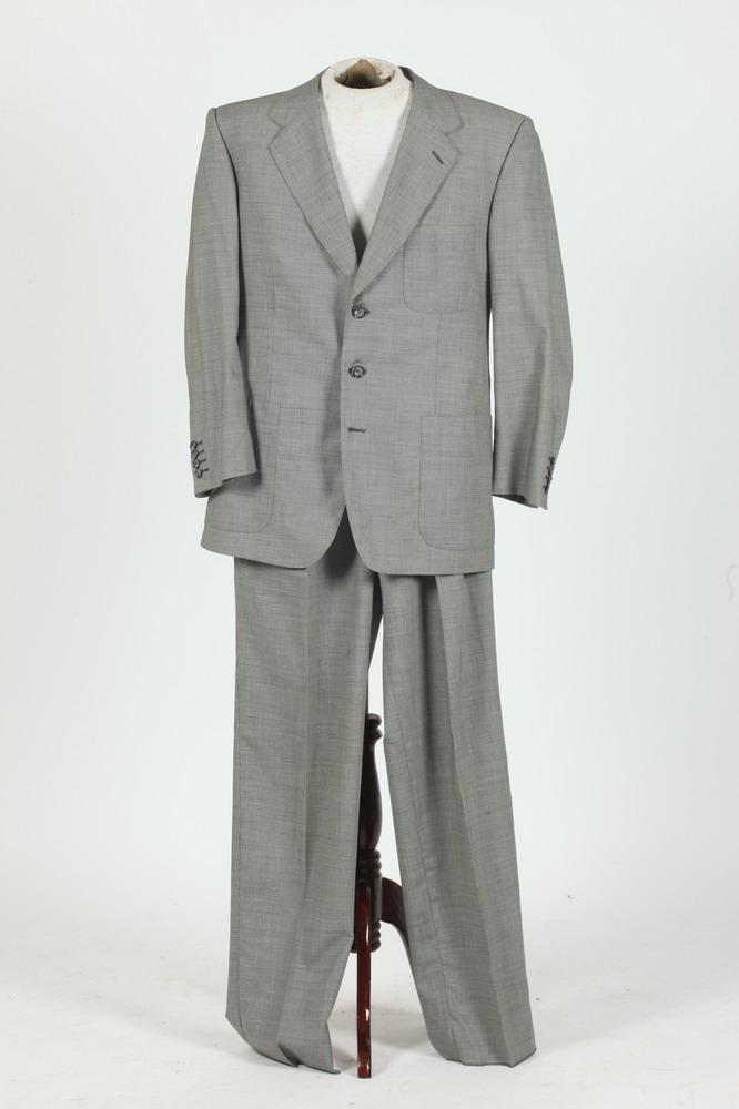 MEN'S BLACK AND WHITE HERRINGBONE WOOL SUIT. size 42.