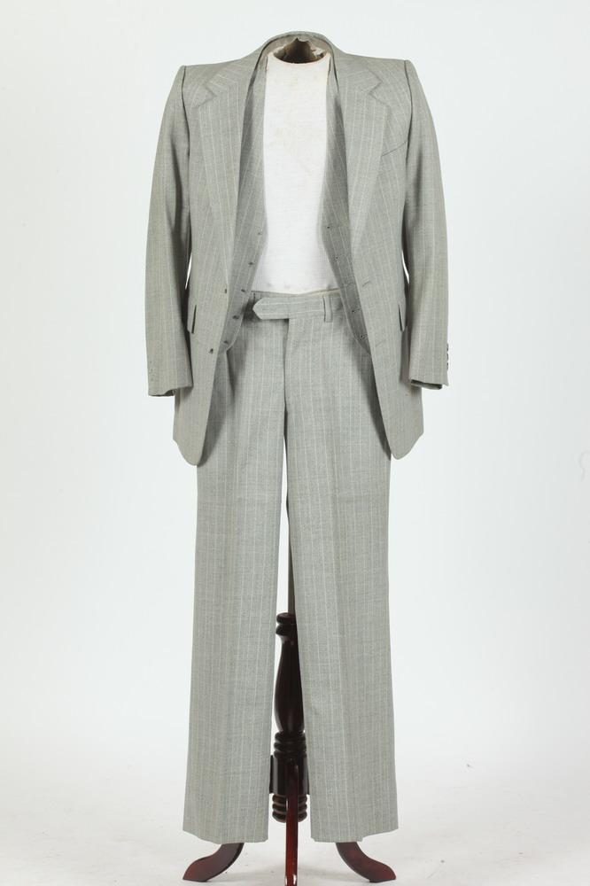 MEN'S PIERRE CARDIN GREY 3-PIECE WOOL SUIT WITH BEIGE PINSTRIPES. size size 42/.