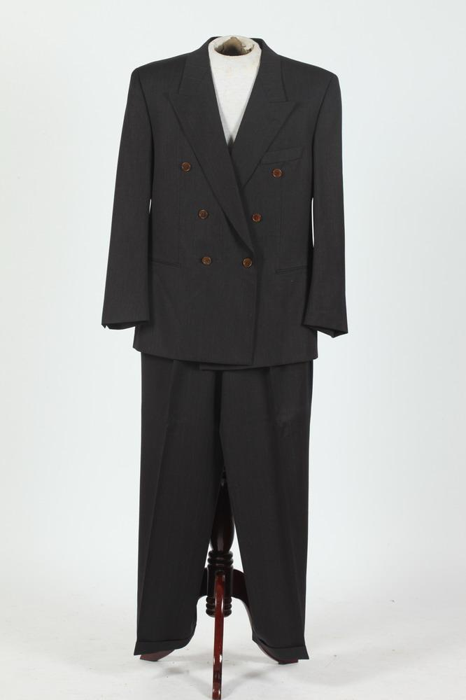 MEN'S CHARCOAL GREY DOUBLE-BREASTED SUIT, size 44/46.