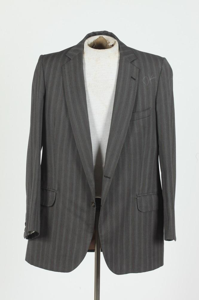 MEN'S GREY WOOL PINSTRIPED JACKET, size 40.
