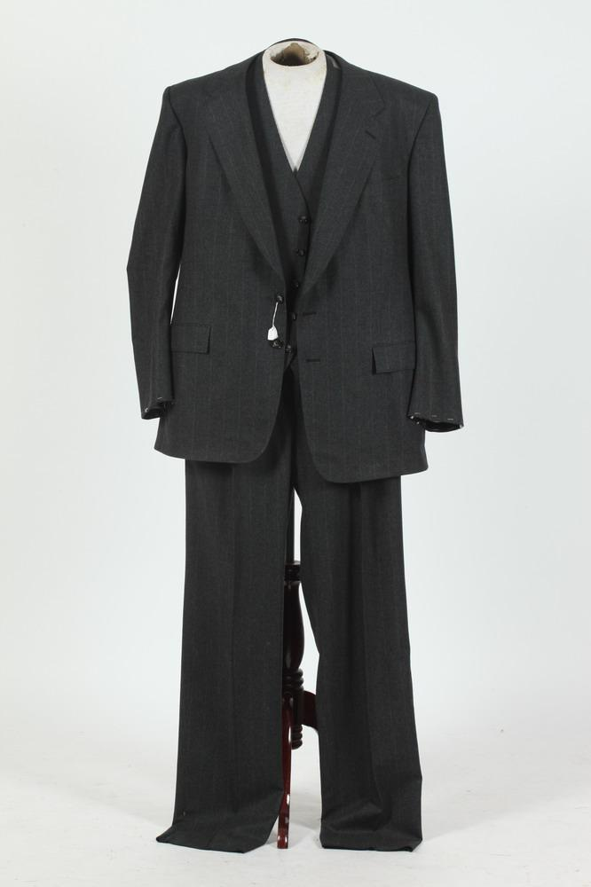 MEN'S GREY WOOL 3-PIECE SUIT WITH WHITE PINSTRIPES, size 42/44.