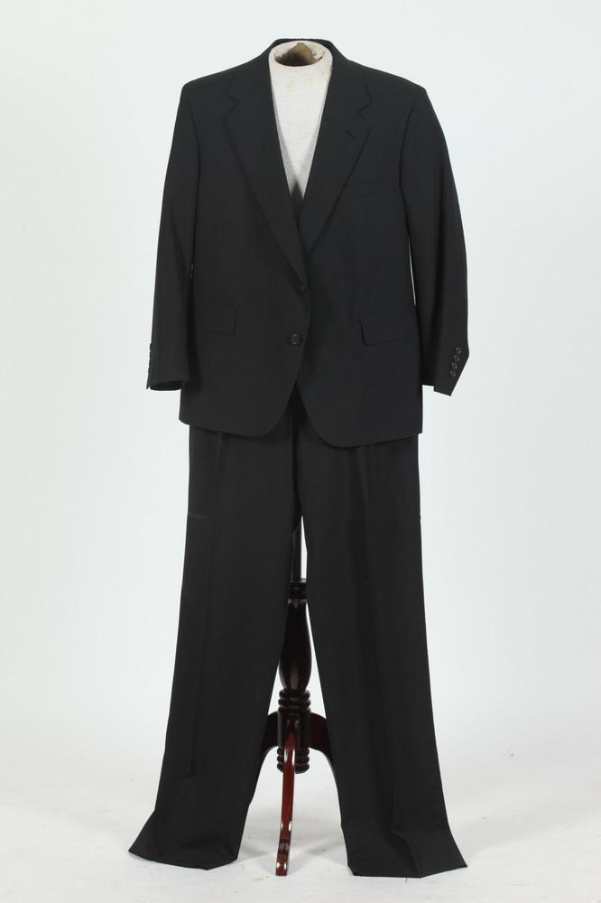 MEN'S BLACK WOOL SUIT, size 42/44.