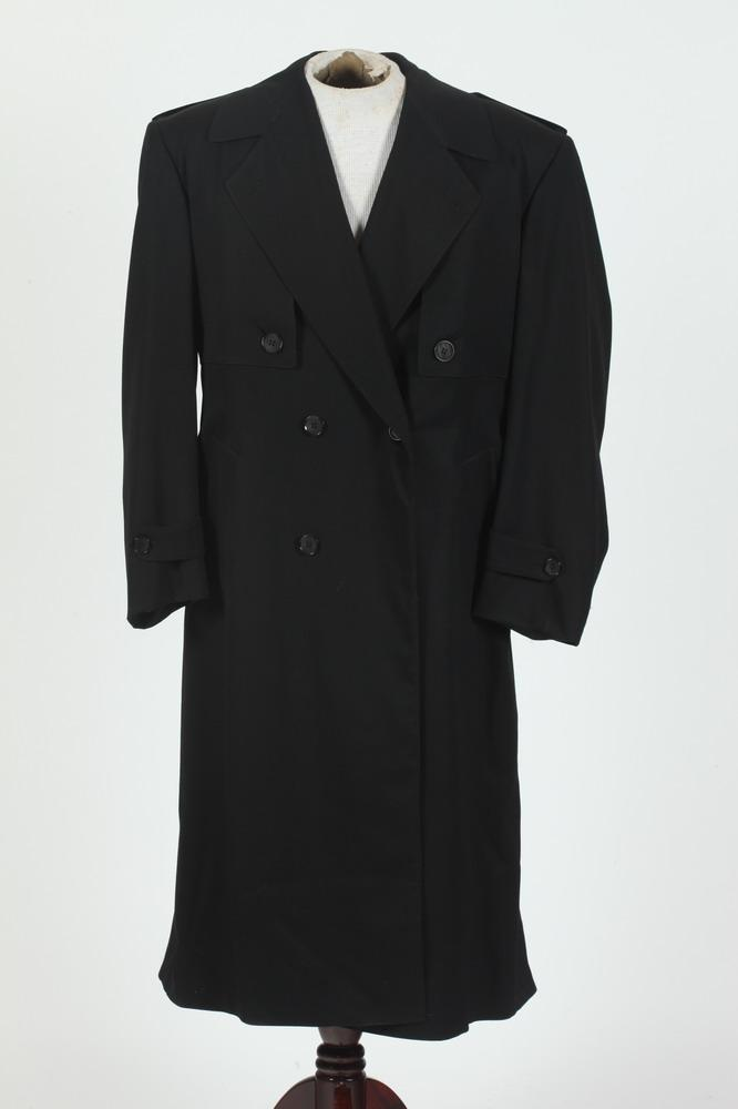 MEN'S BLACK TRENCH COAT. size mdium/ large.