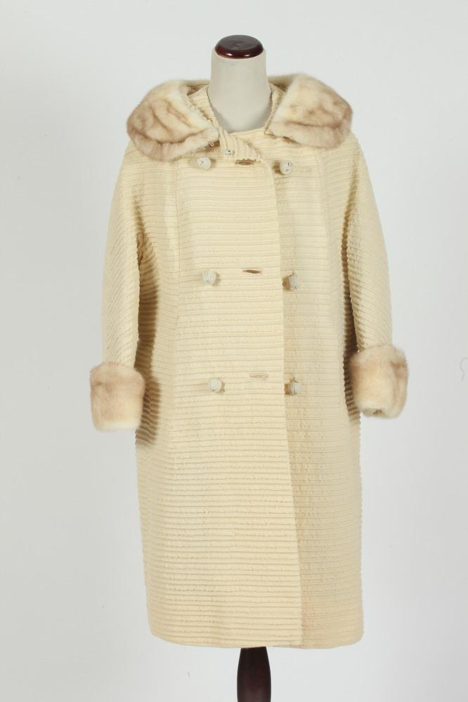 VINTAGE IVORY COAT WITH FUR COLLAR FROM RIKES BY LEN ARTEL. size small.