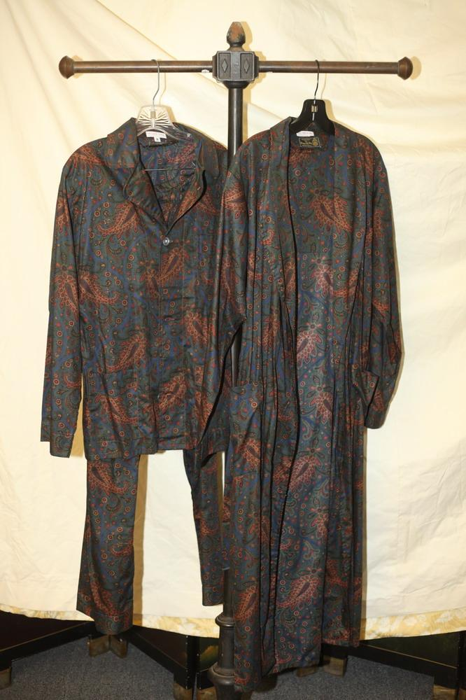 MEN'S PIMA COTTON PAISLEY PAJAMAS AND MATCHING ROBE. Georges de Paris, size medium.
