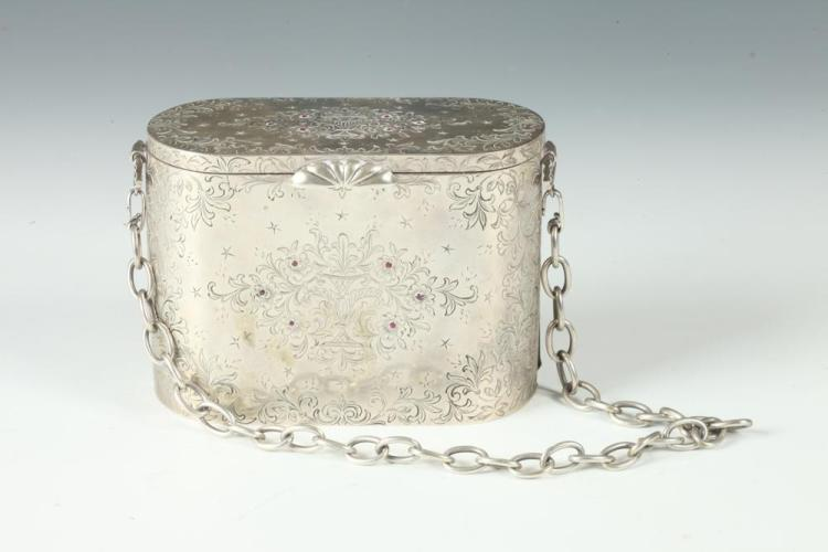 CONTINENTAL SILVER CHASED OBLONG VANITY PURSE WITH CHAIN. Early 20th century. Marked 800. - 3 3/8