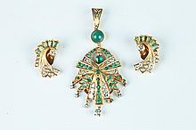 18K YELLOW GOLD, DIAMOND AND EMERALD PENDANT WITH PAIR MATCHING EARRINGS.