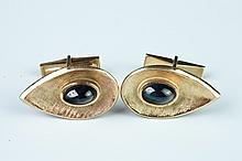 PAIR 14K YELLOW GOLD AND BLACK STAR SAPPHIRE CUFFLINKS. - App. 10 dwt.