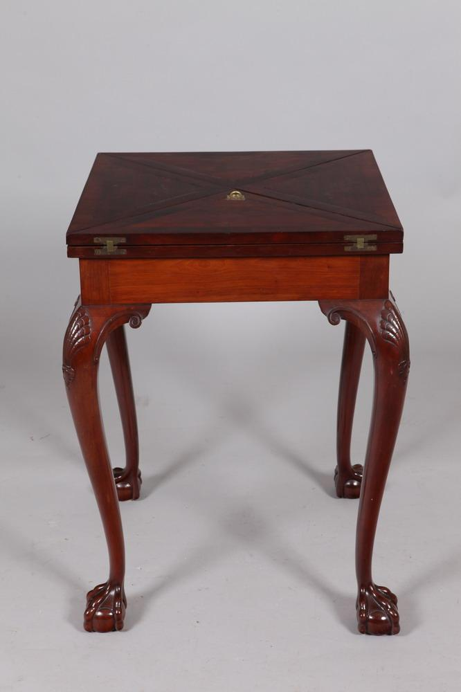 19TH CENTURY CHIPPENDALE MAHOGANY ENVELOPE TABLE, 19th Century. - Closed: 30 1/2