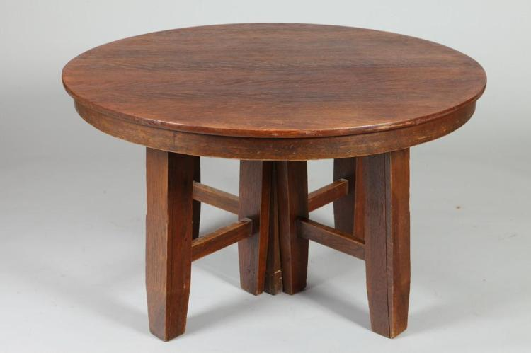 EARLY 20TH CENTURY ROUND MISSION OAK DINING TABLE WITH TWO LEAVES. Early 20th Century. Unmarked. - 28 5/8
