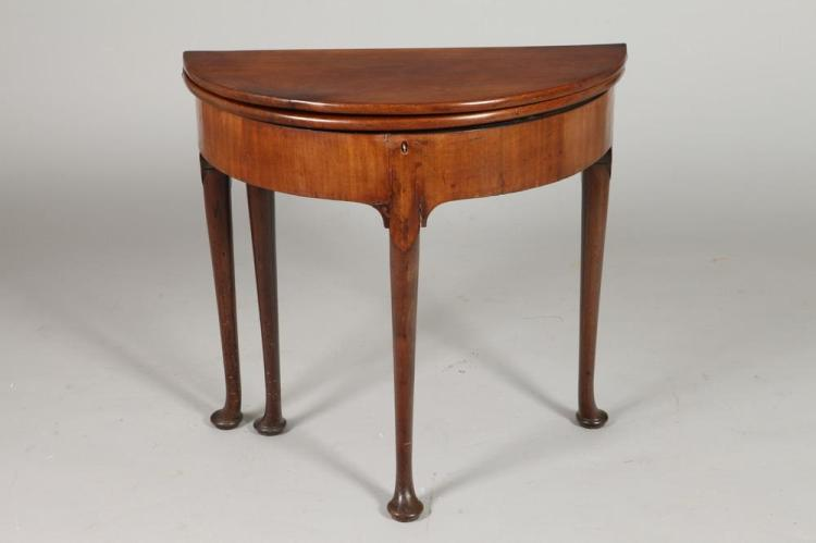 18TH CENTURY QUEEN ANNE GAME TABLE WITH GATE LEG. - 28 3/8