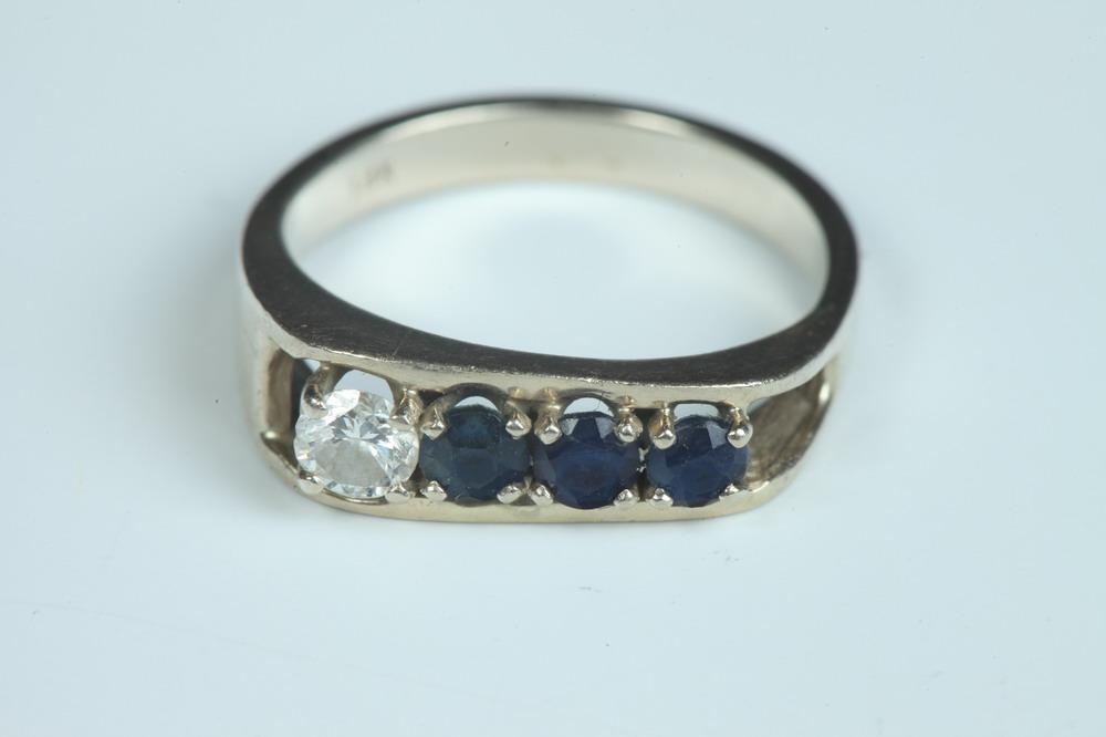 14K YELLOW GOLD, DIAMOND, AND SAPPHIRE RING, - Size 8 3/4.