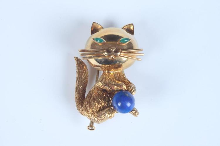 1960S 18K YELLOW GOLD AND LAPIS LAZULI WHIMSICAL CAT PIN , Cartier. - H: 1 3/8 in.