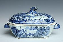 CHINESE NANKING BLUE AND WHITE PORCELAIN SAUCE TUREEN AND COVER, 18th Century. - 7 1/4 in long (with handles).