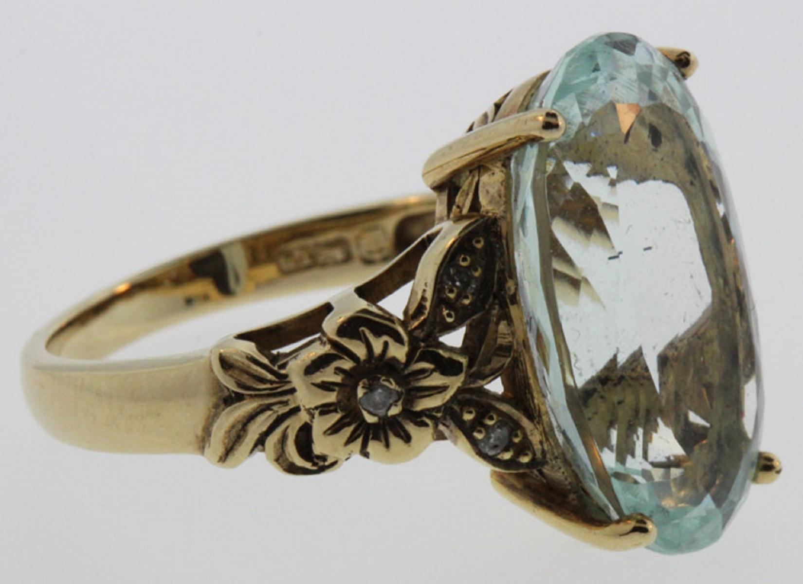 Aquamarine Ring in 9ct Gold with large elliptical centre stone