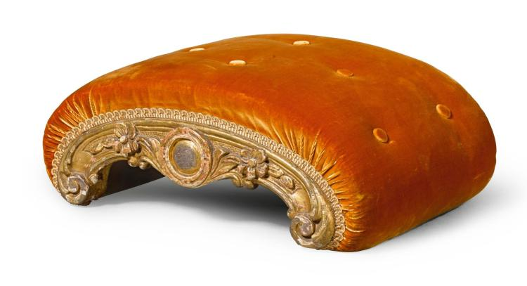 A VICTORIAN CARVED GILTWOOD FOOTSTOOL, LATE 19TH CENTURY |