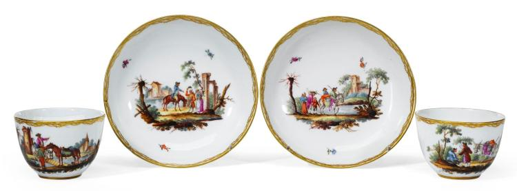 A PAIR OF LOOSDRECHT PORCELAIN TEABOWLS AND SAUCERS |