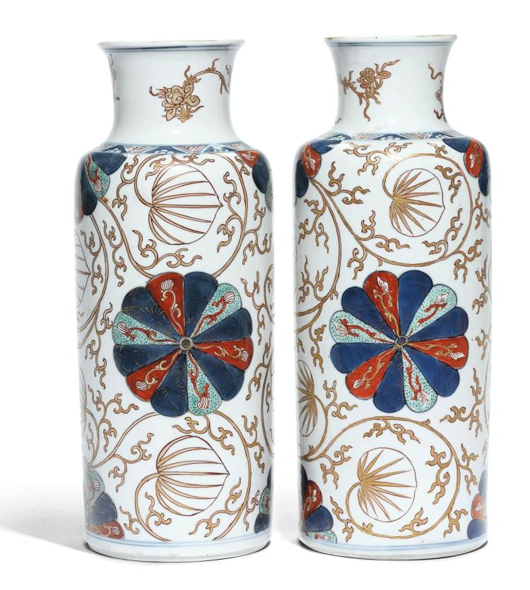 A PAIR OF CHINESE IMARI PORCELAIN ROULEAU VASES QING DYNASTY, KANGXI PERIOD |