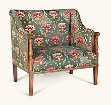 A SMALL EDWARDIAN MAHOGANY AND UPHOLSTERED SETTEE, EARLY 20TH CENTURY |