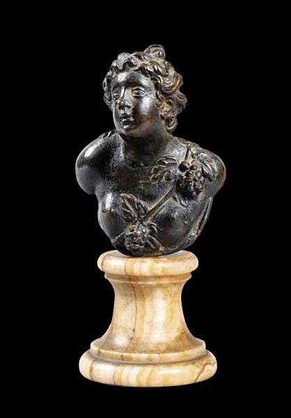 Tête de Bacchante en bronze , Italie, Venise, XVIIe siècle, d'après un modèle de Girolamo Campagna (1549-1617) , A Venitian, 17th century bronze head of a bacchante, after a model by Girolamo Campagna (1549-1617); on a yellow marble base bronze à