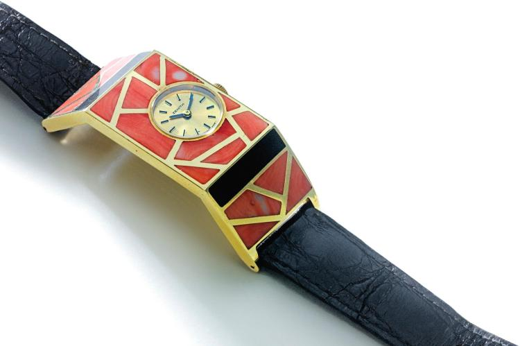 ZENITH | AN UNUSUAL YELLOW GOLD CORAL AND ONYX WRISTWATCH REF 90 3360 150 CIRCA 1970