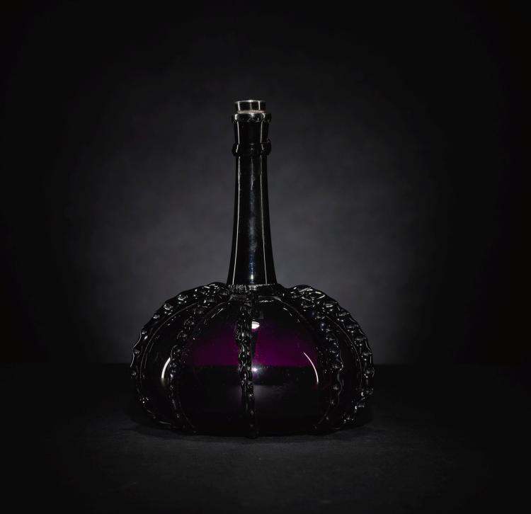A DUTCH AMETHYST-TINTED GLASS BOTTLE, LATE 17TH/ EARLY 18TH CENTURY |