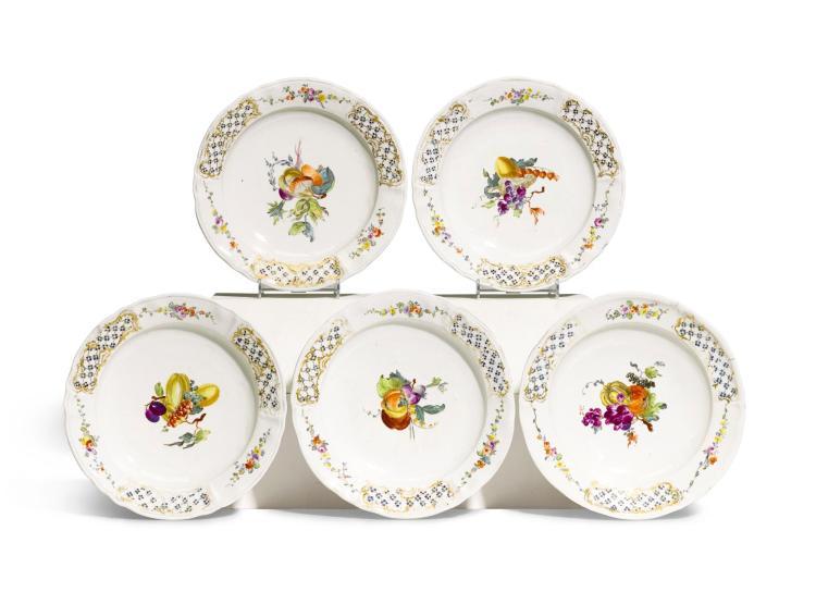A SET OF FIVE KLOSTER VEILSDORF PORCELAIN PLATES, 1765-70 |
