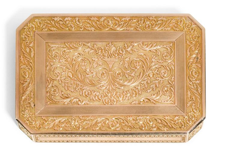 A GOLD SNUFF BOX WITH CHASED FOLIAGE, PROBABLY HANAU, 19TH CENTURY | A gold snuff box with chased foliage, probably Hanau, 19th century