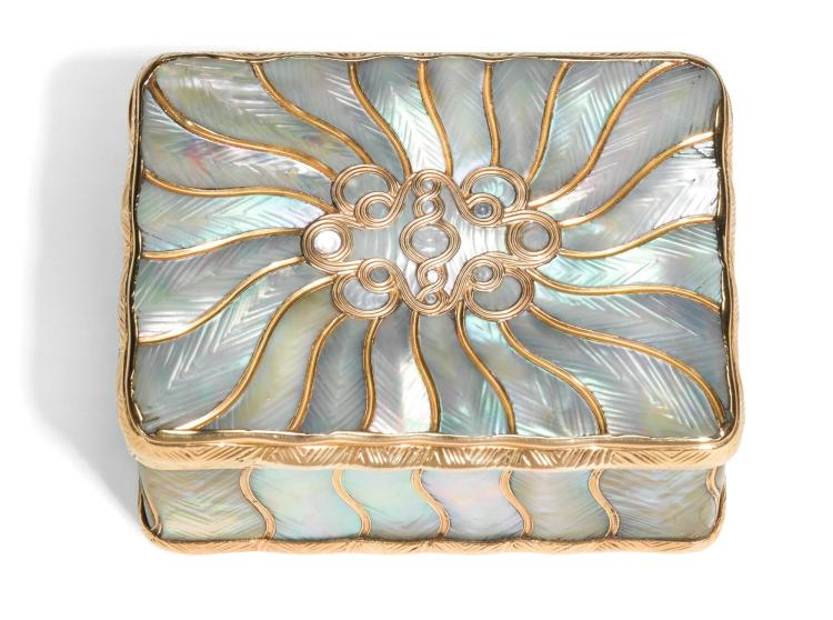 A GOLD AND MOTHER OF PEARL SNUFF BOX, PROBABLY GERMAN, 19TH CENTURY | A gold and mother of pearl snuff box, probably German, 19th century
