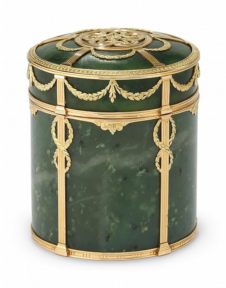 A FRENCH VARICOLOR GOLD AND NEPHRITE LOUIS XVI STYLE BOX, CIRCA 1910 |