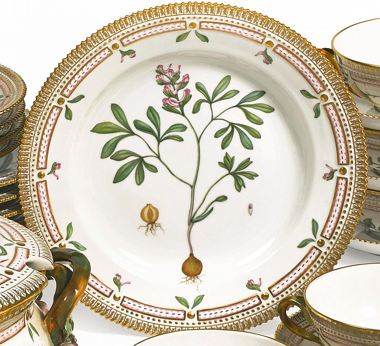 A SET OF TWELVE ROYAL COPENHAGEN 'FLORA DANICA' DINNER PLATES<BR>MODERN |