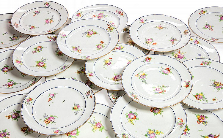 A SET OF TWENTY-FOUR PARIS PORCELAIN PLATES<BR>CIRCA 1778-90 |