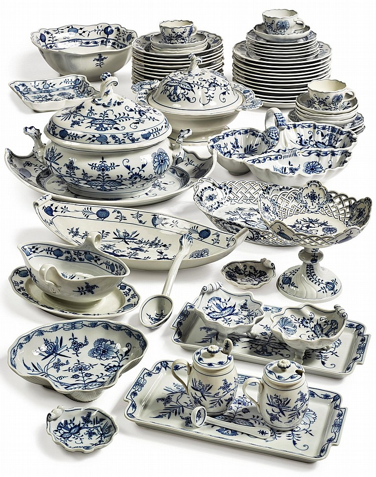 A MEISSEN 'BLUE ONION' PATTERN PART DINNER AND DESSERT SERVICE 20TH CENTURY |
