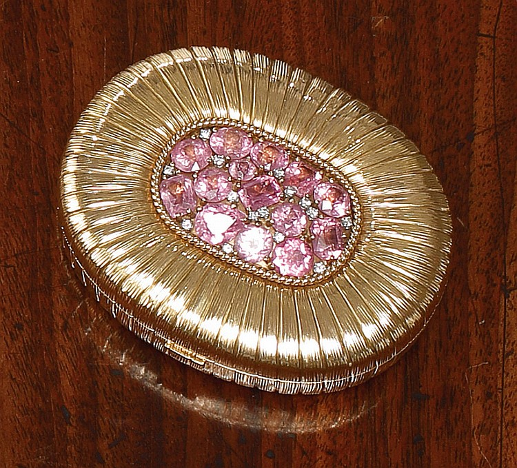 AN AMERICAN 14 KARAT GOLD AND JEWELED COMPACT, VERDURA, NEW YORK, CIRCA 1950-60 |