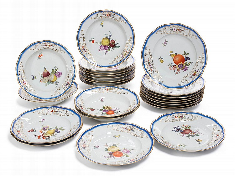 A SET OF TWENTY-FOUR MEISSEN PLATES<BR>20TH CENTURY |
