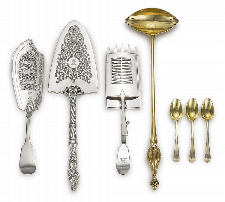 A GROUP OF SILVER AND SILVER-GILT FLATWARE AND SERVERS, LONDON AND PARIS, 18TH/19TH CENTURY |