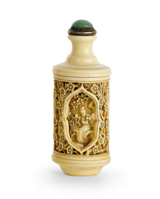 A reticulated revolving ivory snuff bottle, 19th/20th century (2)