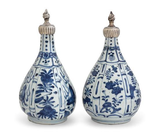 Two blue and white bottle vases late Ming dynasty, Wanli period (4)