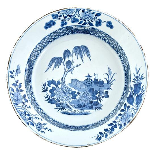 A blue and white deep dish Qing dynasty, 18th century