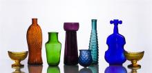 GROUP OF EIGHT COLORED GLASS TABLE ARTICLES