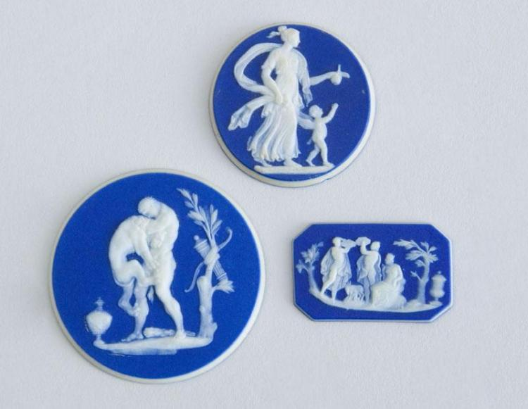 THREE WEDGWOOD BLUE JASPERWARE POTTERY SMALL MOUNTS AND A BLACK BASALTES SEATED FIGURE